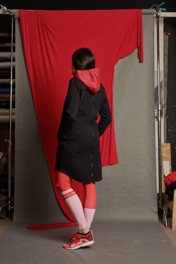 Nosiaca čierna mikina s červenou kapucňou - nosenie vpredu aj na chrbáte (veľkosť M) 6