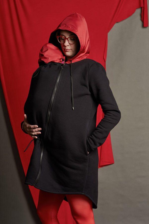 Nosiaca čierna mikina s červenou kapucňou - nosenie vpredu aj na chrbáte (veľkosť M) 1